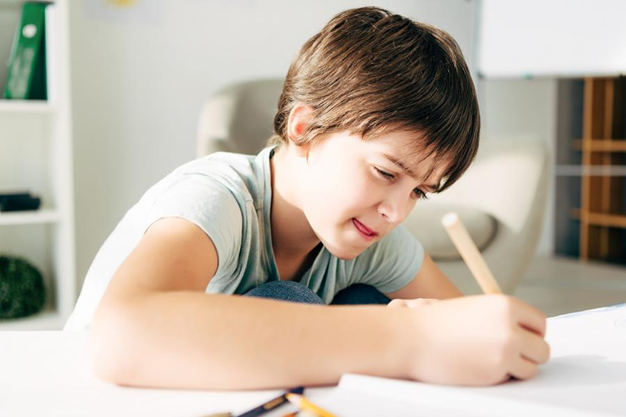 dreng der skriver